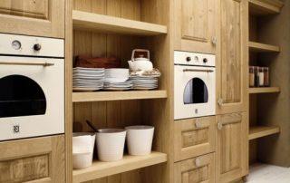 ξύλινη κουζίνα με φυσικά νερά και αποχρωση ξύλου