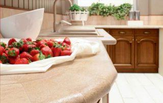 πάγκος γρανίτη σε κουζίνα καρυδιάς