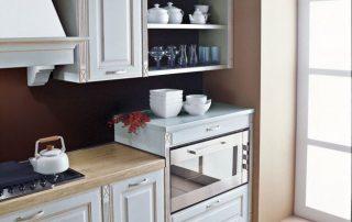 ξύλινος πάγκος με κλασική κουζίνα και ραφιέρα σκαλιστή