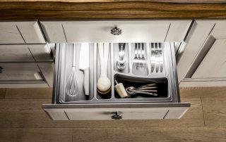 συρτάρι για πιρούνια σε κλασική κουζίνα