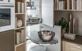 γωνιακός μηχανισμός σε κλασική κουζίνα