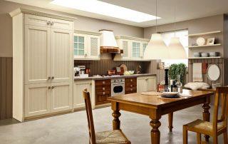 ξύλινη τραπεζαρία σε διαχρονική μπεζ κουζίνα