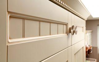 λεπτομέρειες πόρτας σε κλασική κουζίνα