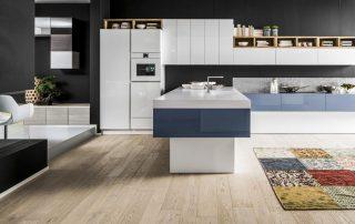 μοντερνα κουζίνα με μπλέ χρώματα και μεγάλη νησίδα